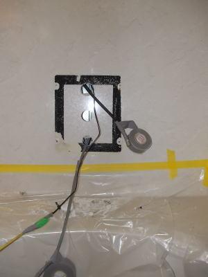 リンナイ製リモコン一体型浴室テレビ MV-410A、410Bを取り外したところ