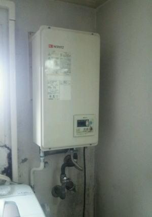 既設給湯器:ノーリツ製FF式(屋内用、後方給排気タイプ)