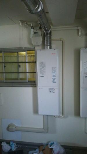 廊下にFF式(強制給排気式)給湯器を設置