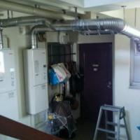居室外にFF式(強制給排気式)の給湯器を設置して給排気設備改善工事