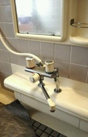 MYM製縦型ソケットで取り付けてあるMYM製一時止水付きツーバルブシャワー混合栓MS616D