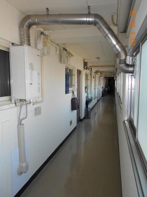 廊下にFF式給湯器を設置 二重管式給排気筒を使用
