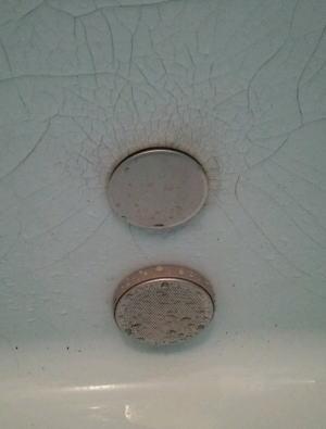 外から締めるタイプの浴槽穴ふさぎ部材を使用しました