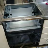 自立ユニットを取り付けたオーブンを設置します。