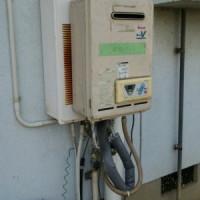 お湯が出ない状況でしたので貸出用の給湯器を仮設(無料サービスです)