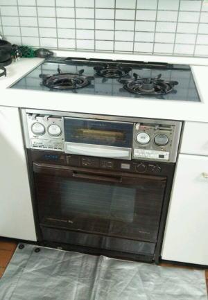 システムキッチンに組み込んであるビルトインオーブン+ビルトインコンロ