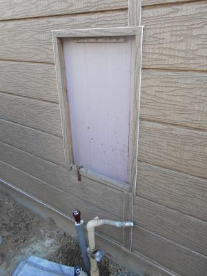 壁掛け金具部分を内側から解体してケースを取り外し