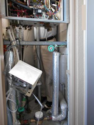 PS扉内後方排気型は給湯器の裏側に入る必要があります