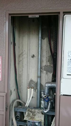 既設の暖房給湯器を撤去