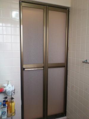 ドア部分だけ取替完了 三和シャッター製VD2BDブロンズ色(樹脂パネル)