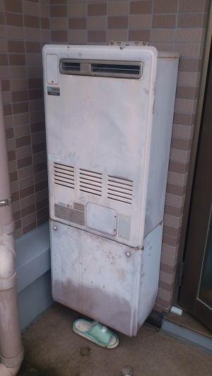取替前:リンナイ製暖房ふろ給湯器RUFH-2402AW(ベランダ標準設置、1温度タイプ)