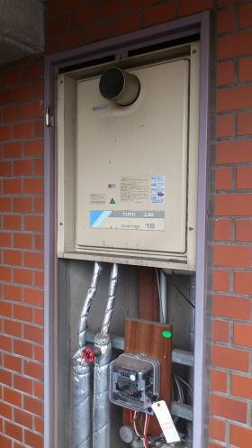 既設:TOTO製のPS扉内設前方排気置型の給湯器RGH1611VHB
