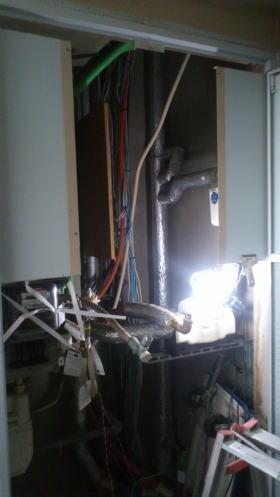 既設の暖房ふろ給湯器を撤去