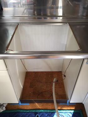 システムキッチン天板開口の両横を各5mm拡げ、ガス管を床下から引き直し