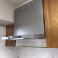 幕板(化粧板)を取り付け後、キッチンパネルを貼って化粧が完了