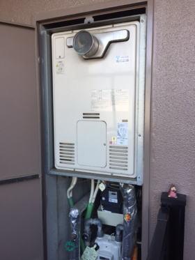 既設:リンナイ製暖房ふろ給湯器RUFH-2403AT(A)(パイプシャフト扉内設置)(東邦ガス型式:HT-366RSB4-AQ)