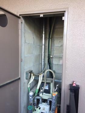 既設の暖房ふろ給湯器と取り付け枠を取り外したところ