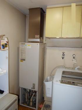 既設:ナショナル製のFF式暖房給湯器AD-200FFA(屋内設置、給排気筒は直径60mm×2本)