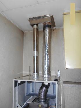 給排気筒は直径60mmのステンレス製排気筒が2本接続されます