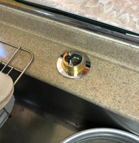 カウンター穴用アダプターと新しい混合栓の取り付け金具を取り付けたところ