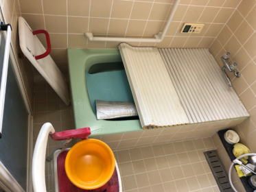 既設:在来工法の浴室です