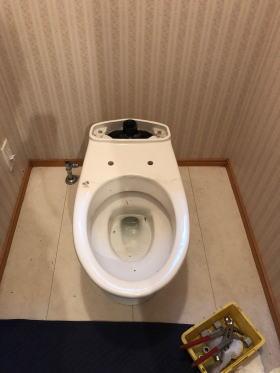 既設のタンク付きシャワートイレ(一体型シャワートイレ用タンク)部分を撤去したところ
