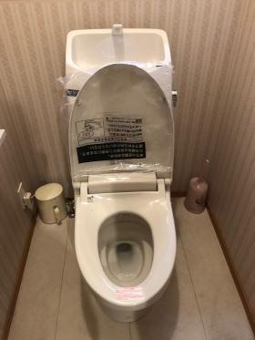 取替完了、LIXIL製のタンク付きシャワートイレDWT-MC83(MCグレード)