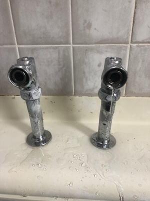 まず既設のツーバルブ混合栓を取り外します