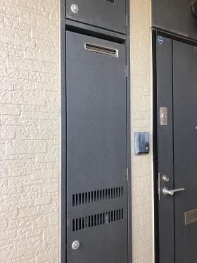 扉を閉めたところ パーパス製TP-SQ160R-1(壁組み込み型)→パーパス製後継機種:GS-1600C-1(BL)