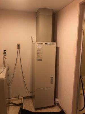 ▲既設:ナショナル製のFF式暖房給湯器AD-200FFA(屋内設置、給排気筒は直径60mm×2本)