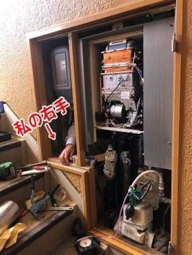 給湯器の裏側に入って排気筒工事をします