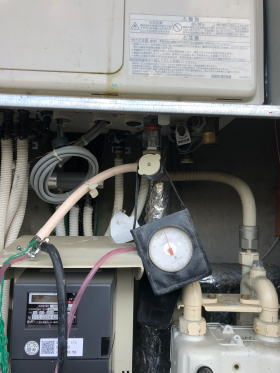 着工前と完了後に規定の圧力に加圧して気密検査(ガス漏れ検査)を行います